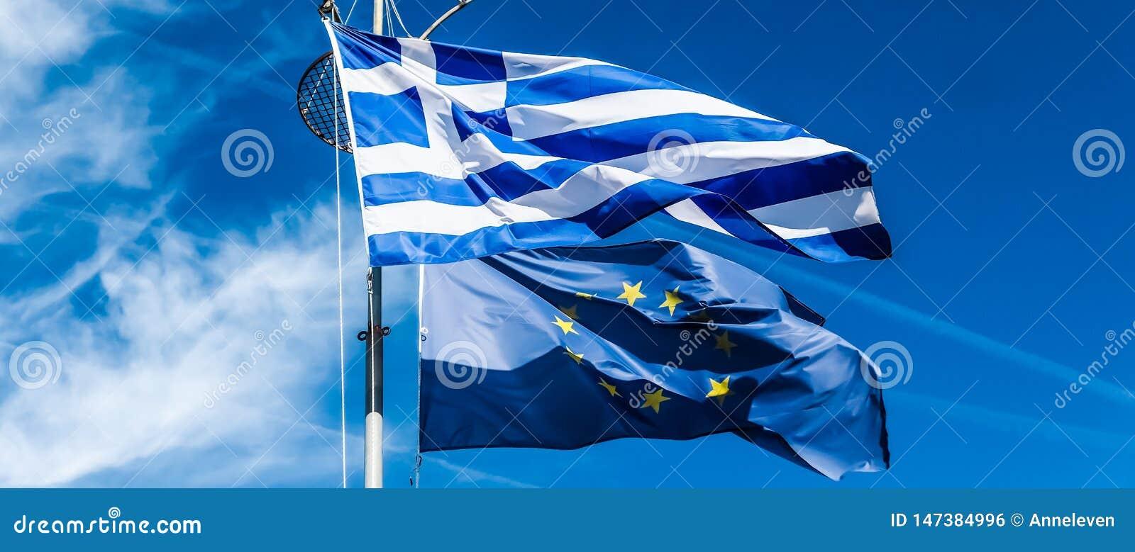 Flaggor av Grekland och europeisk union p? bakgrund f?r bl? himmel, politik av Europa
