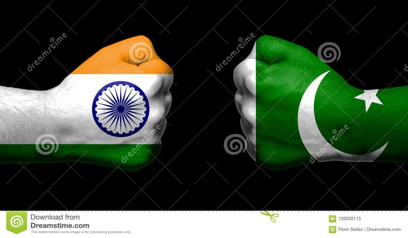 Flaggor av Indien och Pakistan som målades på två, grep hårt om nävar som vänder mot sig på svart bakgrunds-/Indien - Pakistan fö