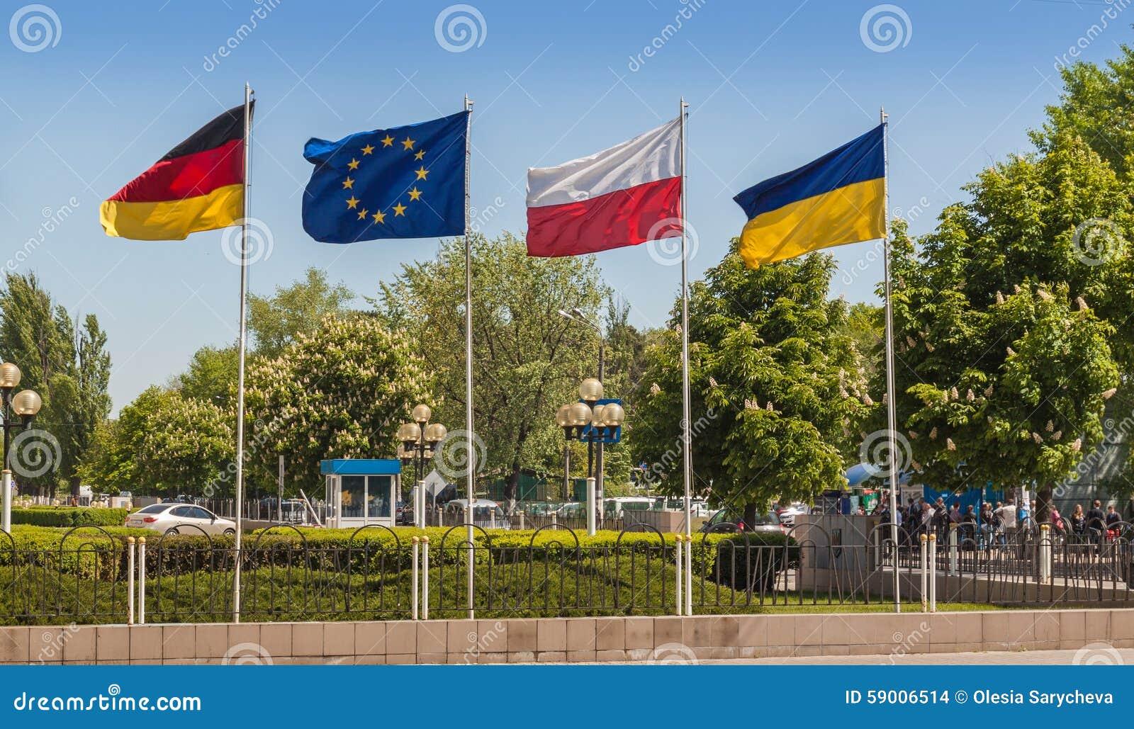 Flaggor av Tyskland, den europeiska unionen, Polen och Ukraina
