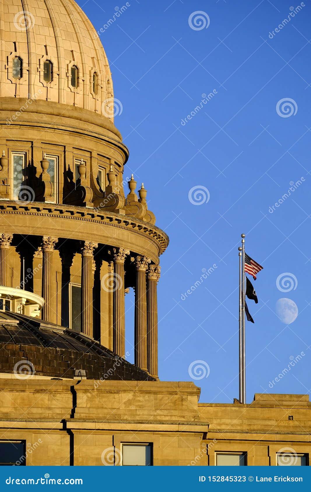 Flaggor för himmel för måne för lagar för kupol för regering för Idaho statKapitolium byggande lagliga