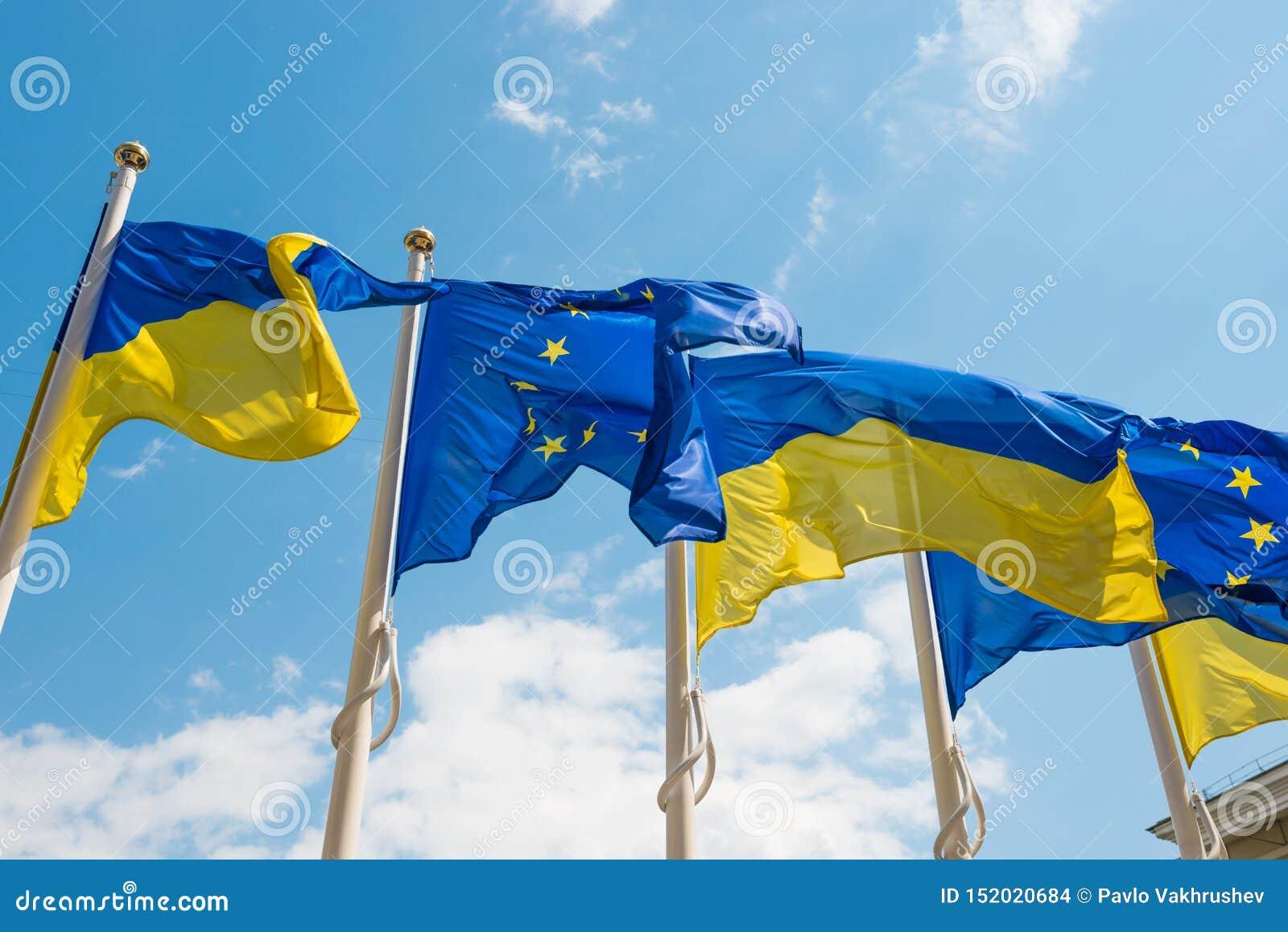 Flaggor f?r europeisk union och Ukraina