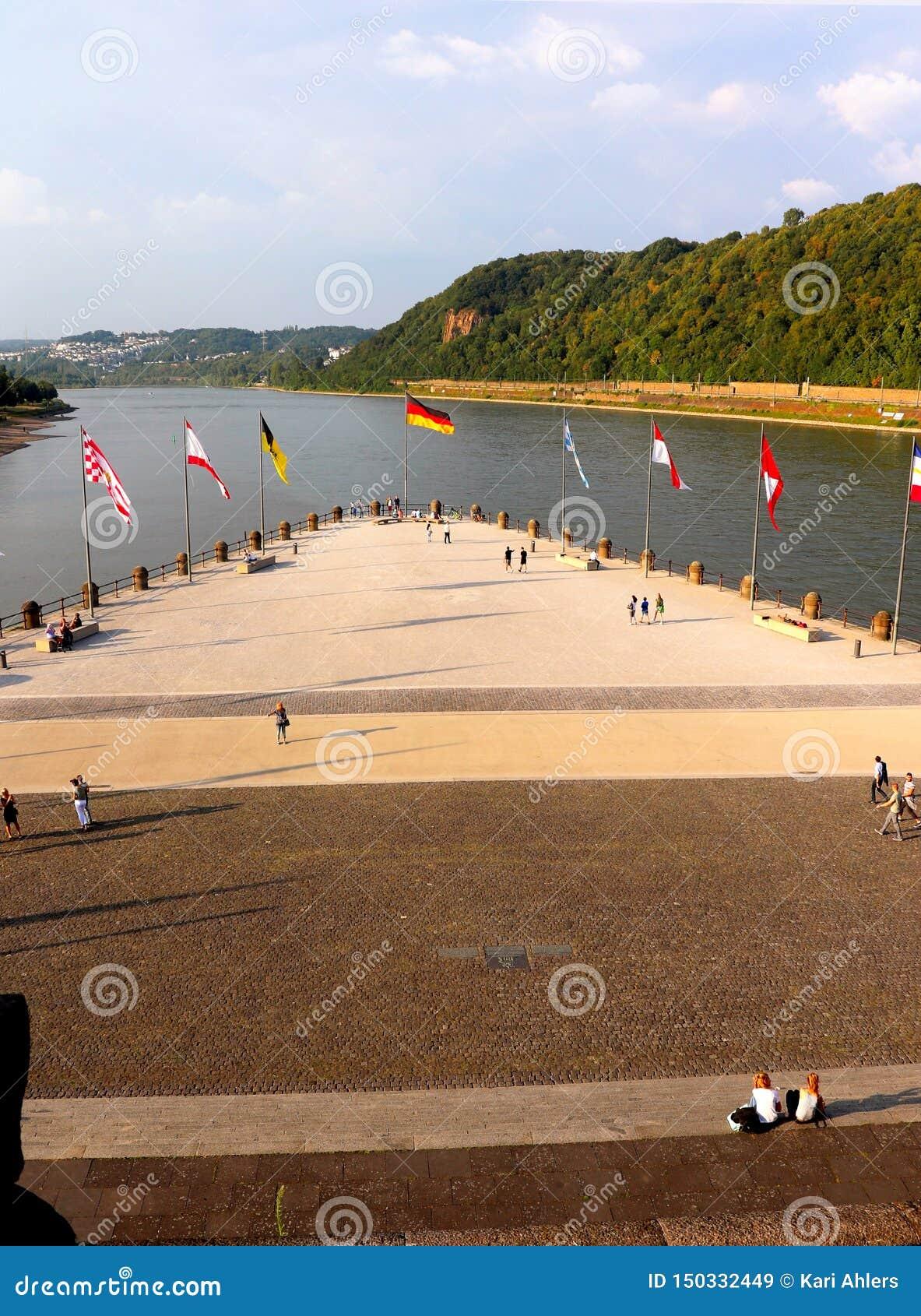 Flagi na Deutches Eck w Koblez Niemcy