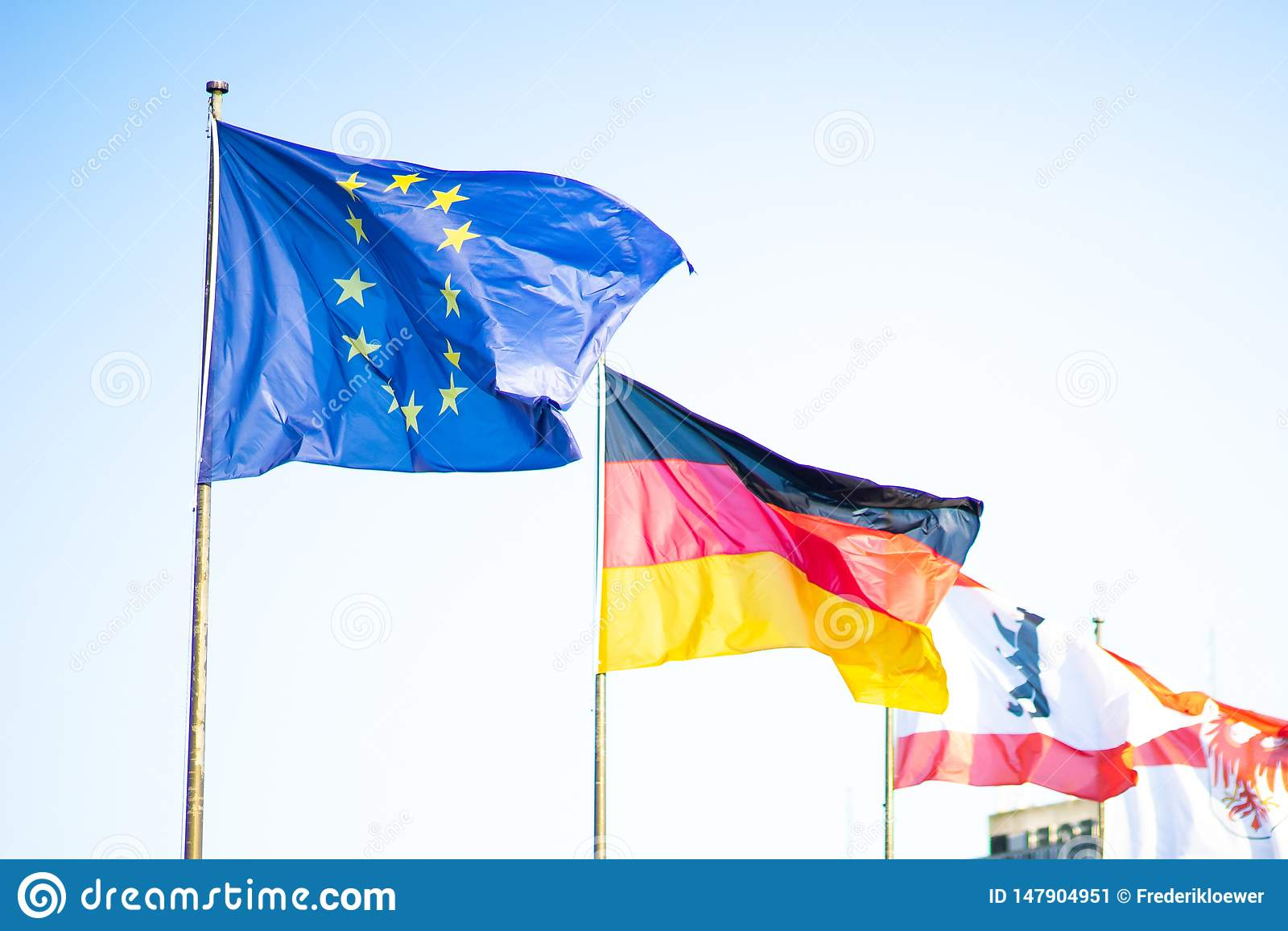 Flagi unia europejska i Niemcy przy Berlińskim Tegel lotniskiem