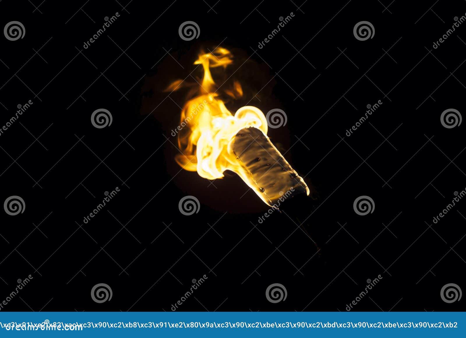 Flamma av en fackla i mörkret