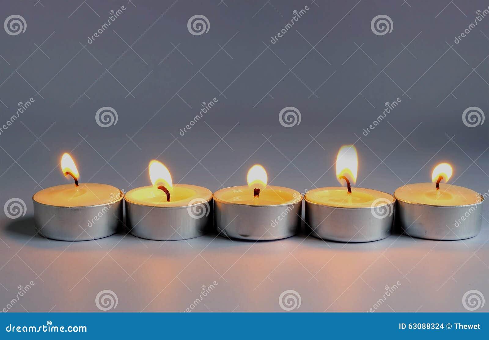 Download Flamme De Bougie Sur Le Fond Gris Photo stock - Image du paix, lumière: 63088324
