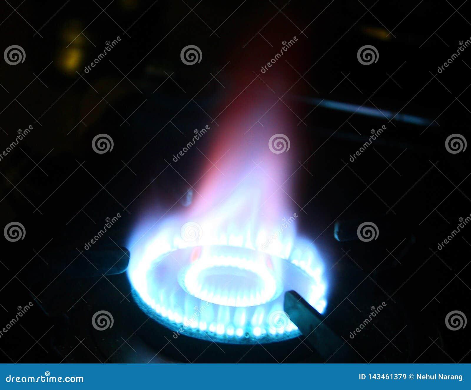 Flammen auf einem Gasherd in der Dunkelheit