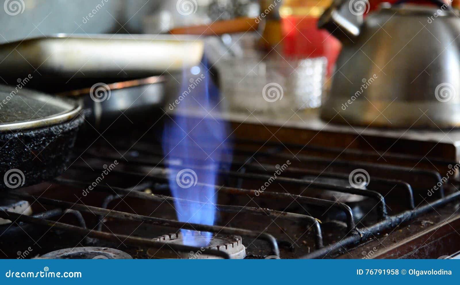 Outdoor Küchenofen : Flammen von einem gasbrenner auf altem küchenofen stock footage