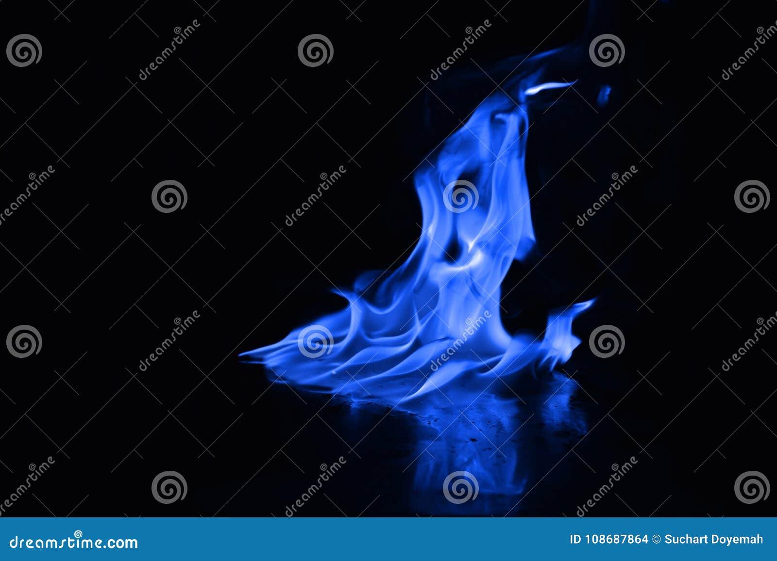 Flammes bleues du feu sur un fond noir
