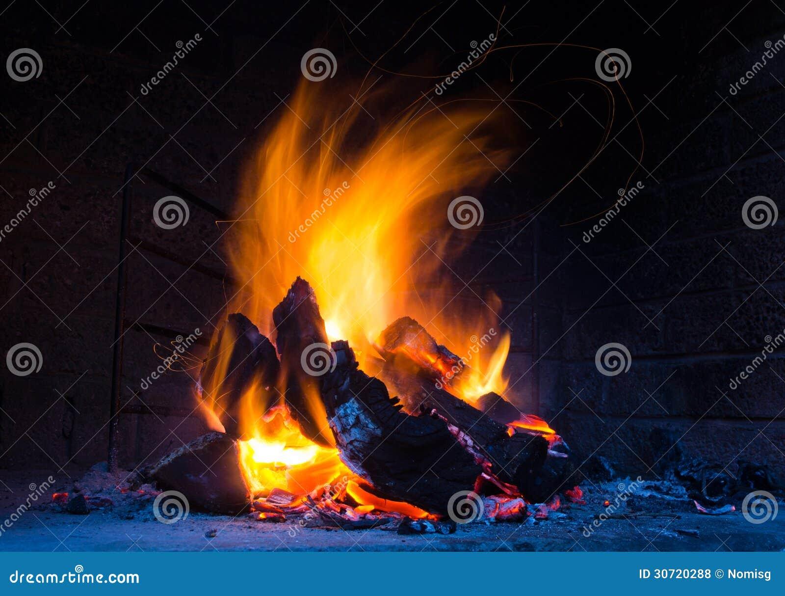 Flammes dans l endroit du feu