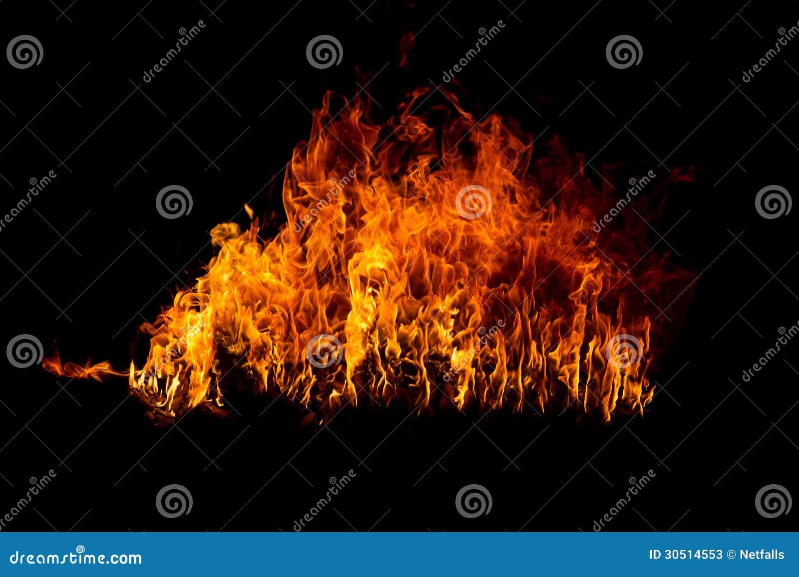 Flammes de flambage sur le noir