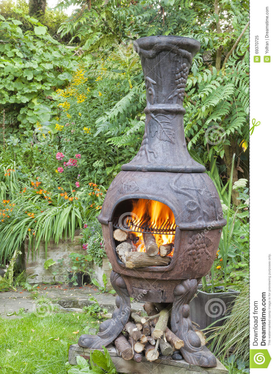 flammes du feu en bois dans le barbecue de jardin de chiminea image stock image du fleurs. Black Bedroom Furniture Sets. Home Design Ideas