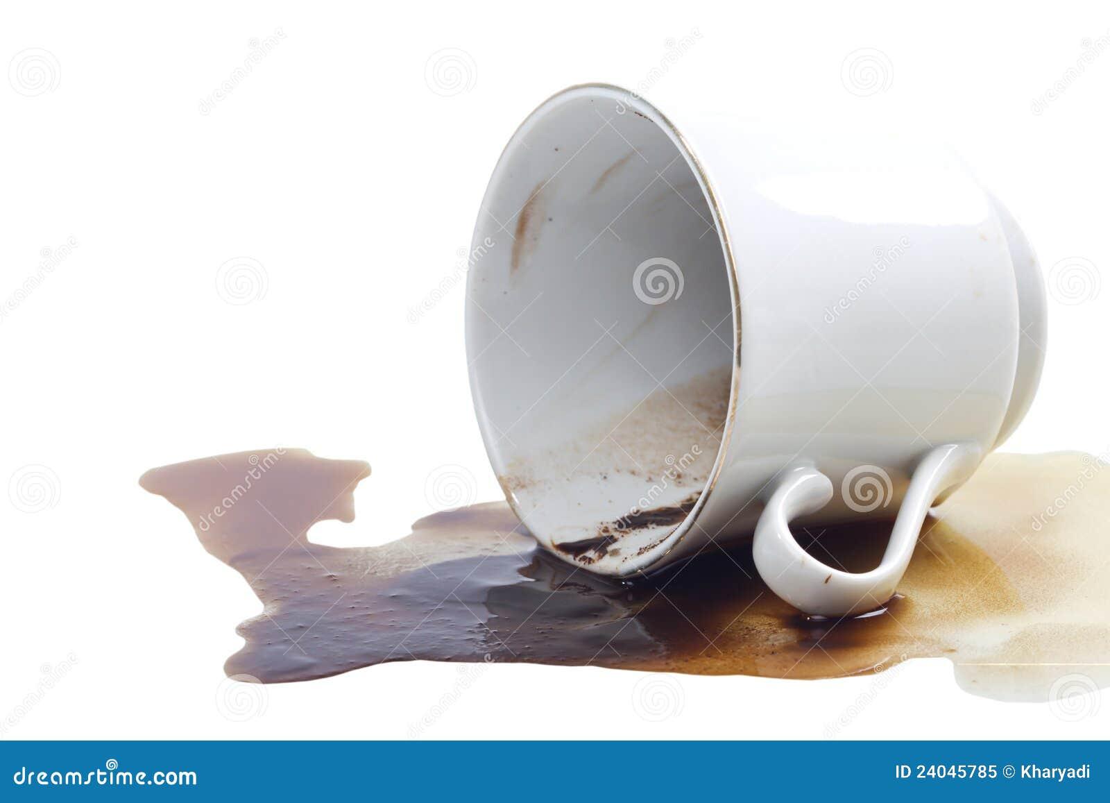Flaque de café et une cuvette de café.