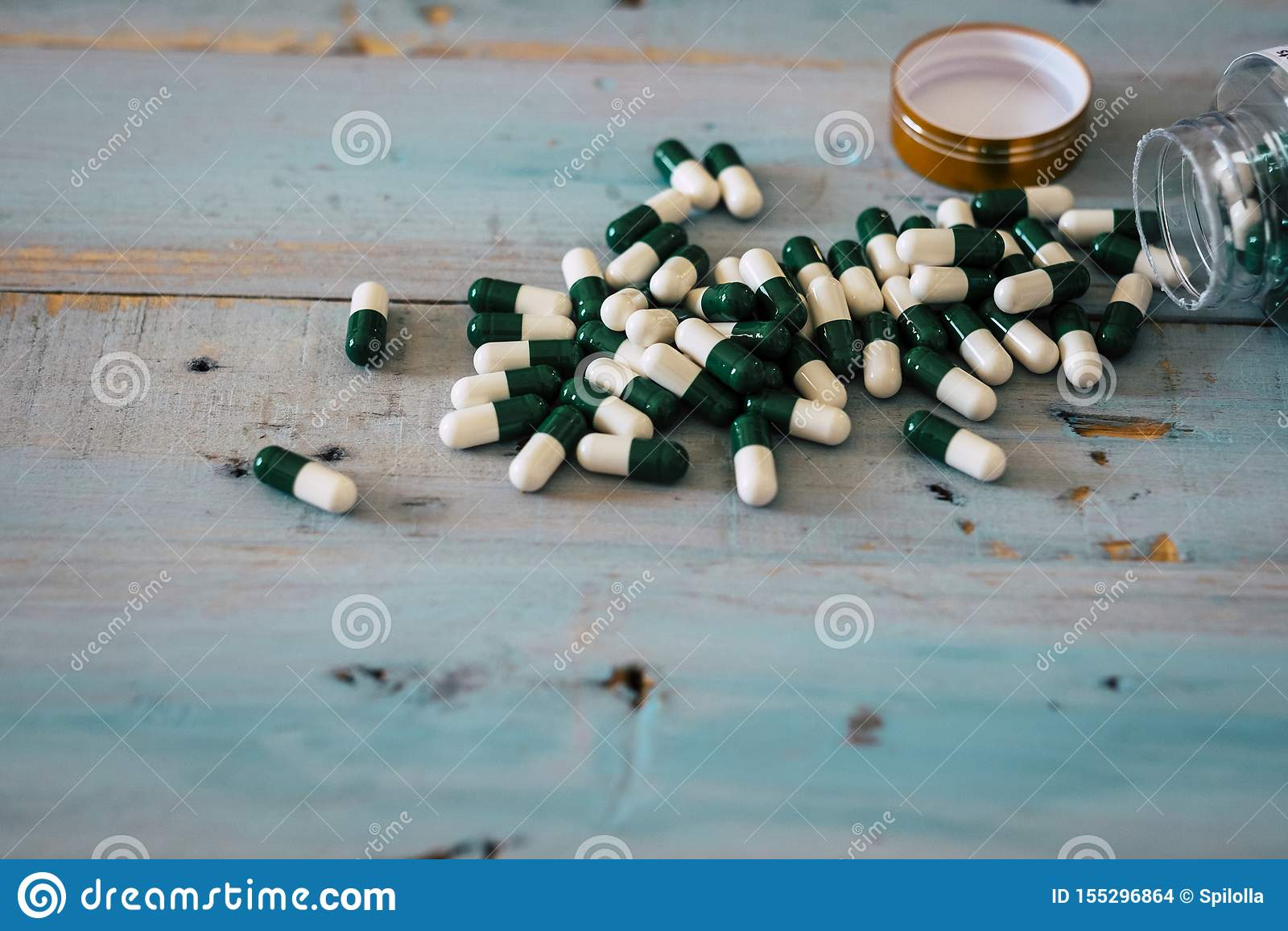Flasche Medizinpillen auf a woden Tabelle Konzept von Drogen und Krankheit mit pharmazeutischer Heilung - Gewichtsverlust oder fe
