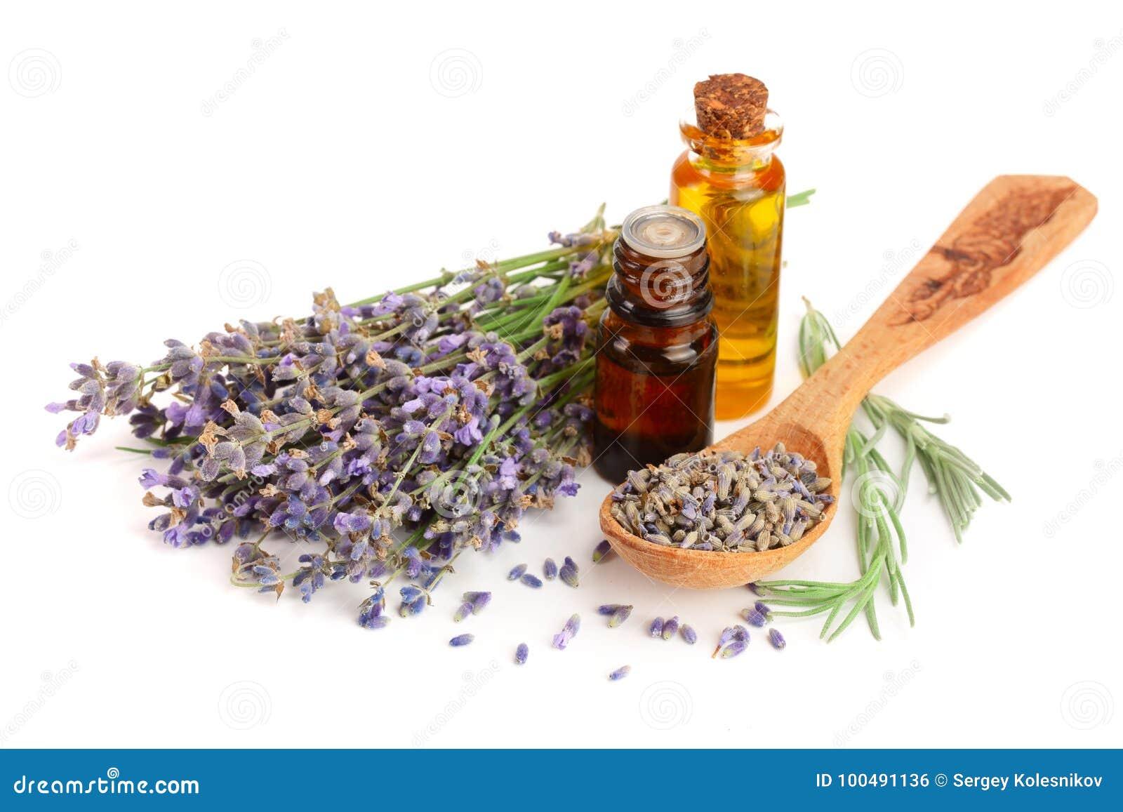 Flasche mit den Aromaöl- und -lavendelblumen lokalisiert auf weißem Hintergrund