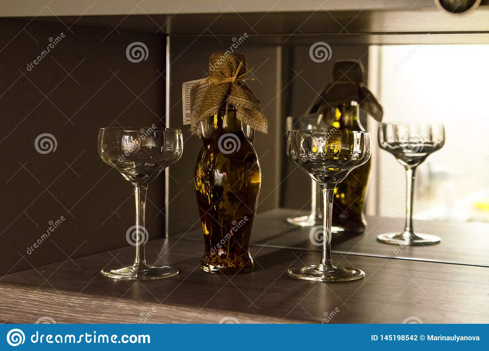 Flasche mit der Flüssigkeit reflektiert im Spiegel
