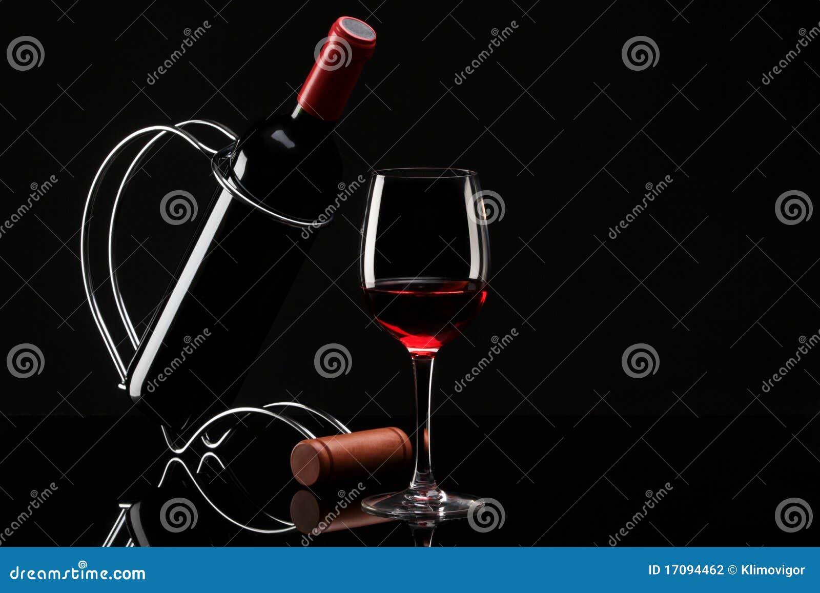 Flasche mit Rotwein auf einem Standplatz und einem Glas