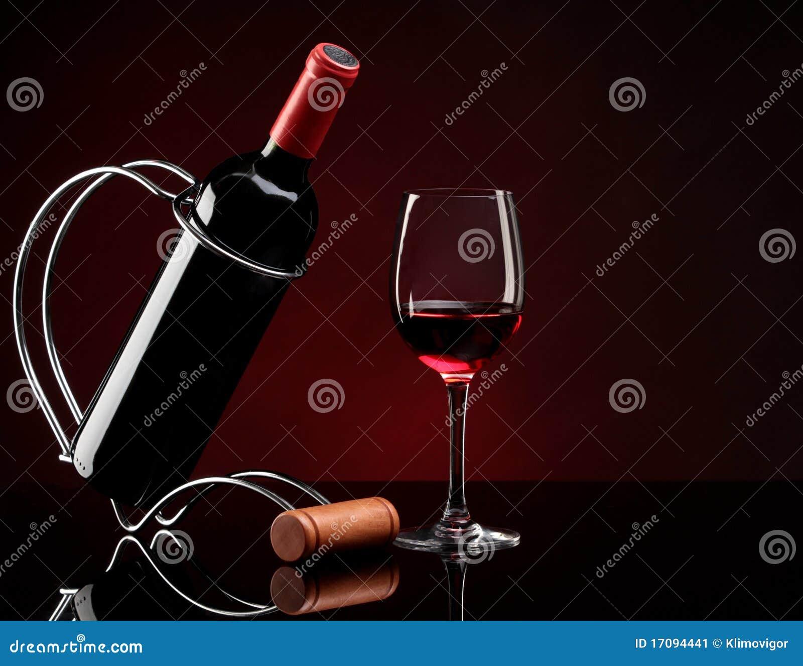Flasche mit Wein auf einem Standplatz und einem Glas