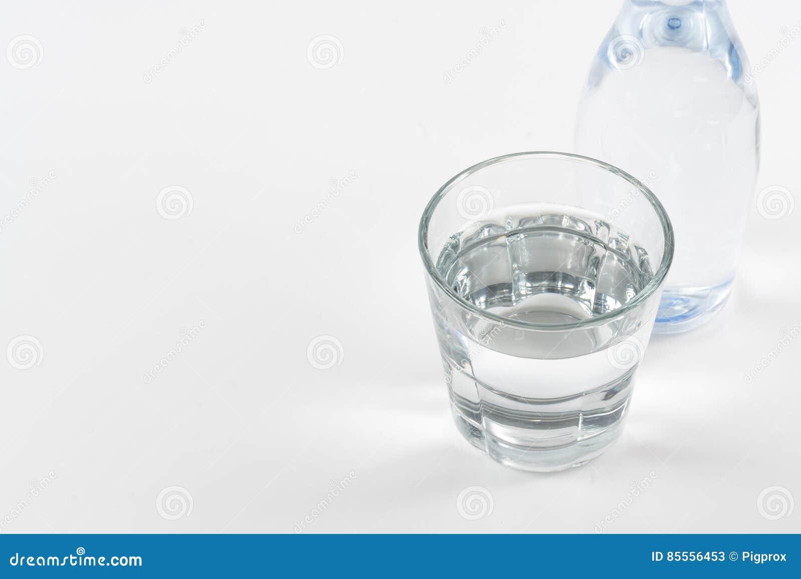 Flasche Trinkwasser auf weißem Hintergrund