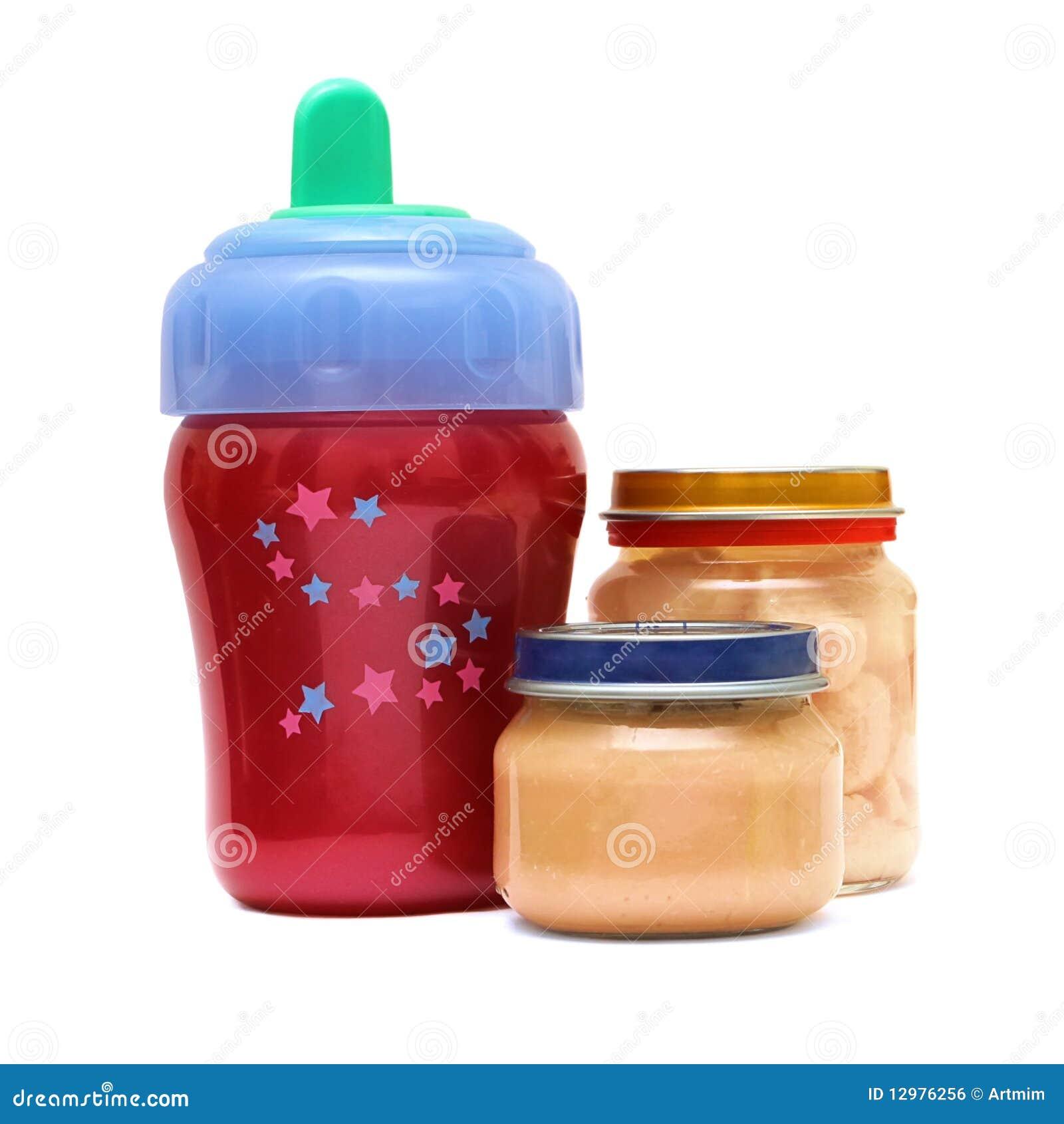 Flasche und Nahrung für Schätzchen auf einem weißen Hintergrund