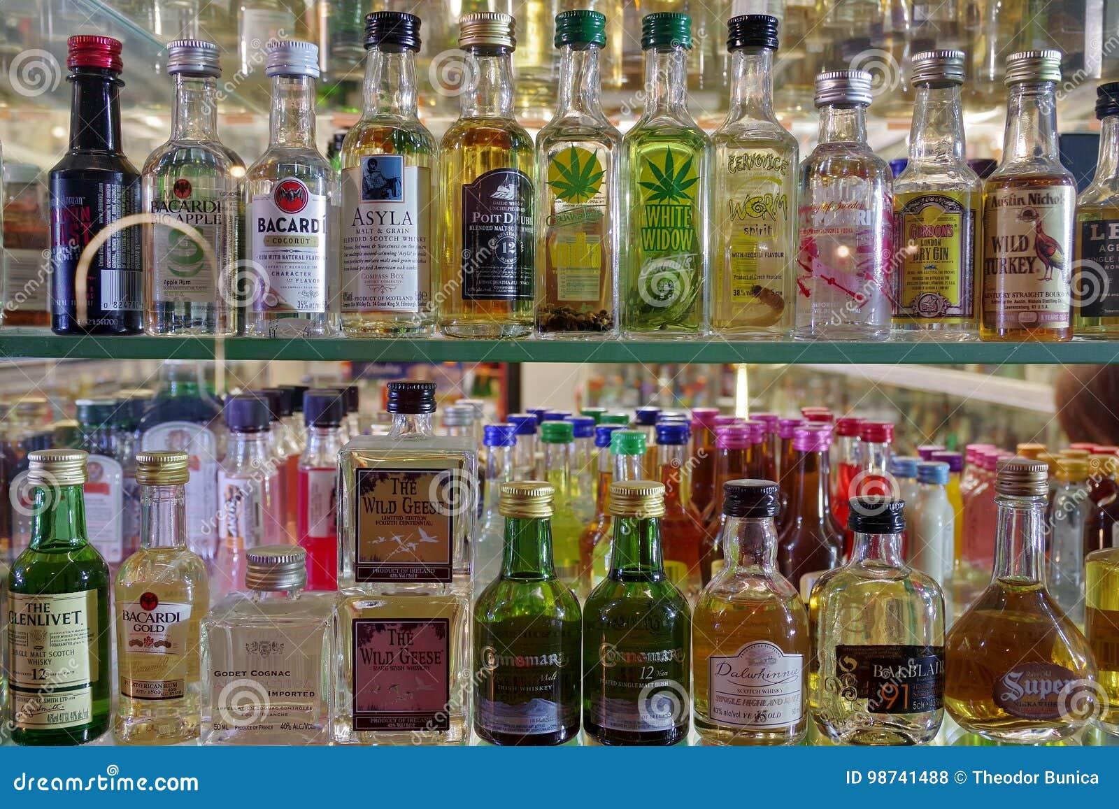 Flaschen Alkoholische Getränke Redaktionelles Stockfoto - Bild von ...