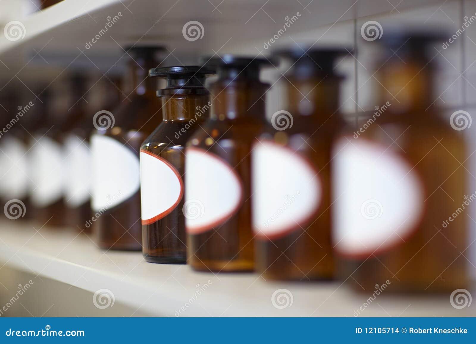 Flaschen in der Apotheke