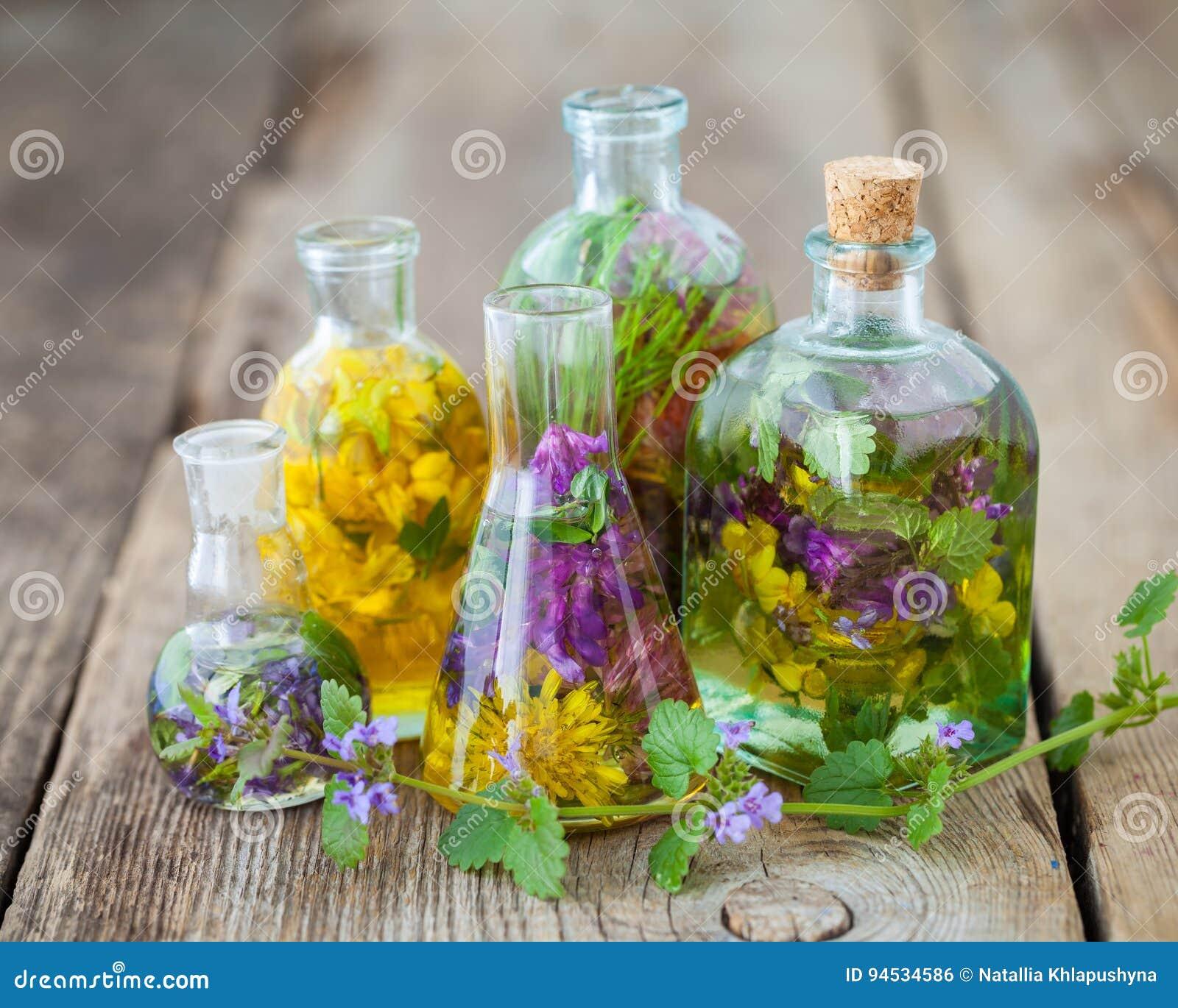 Flaschen der Tinktur oder der Infusion der gesunden Kräuter auf Tabelle