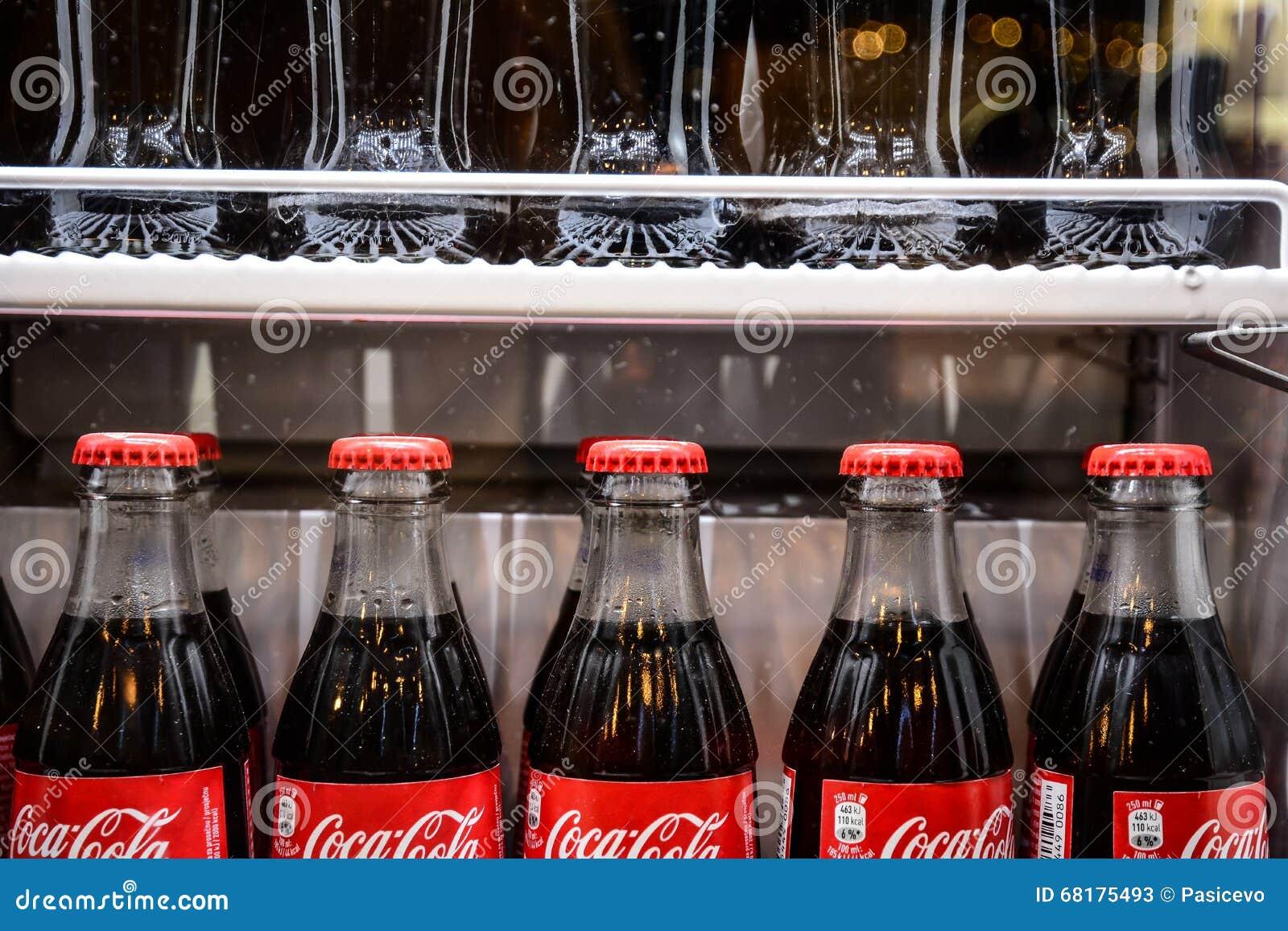 Kühlschrank Coca Cola : Flaschen des berühmten getränks der coca cola im kühlschrank