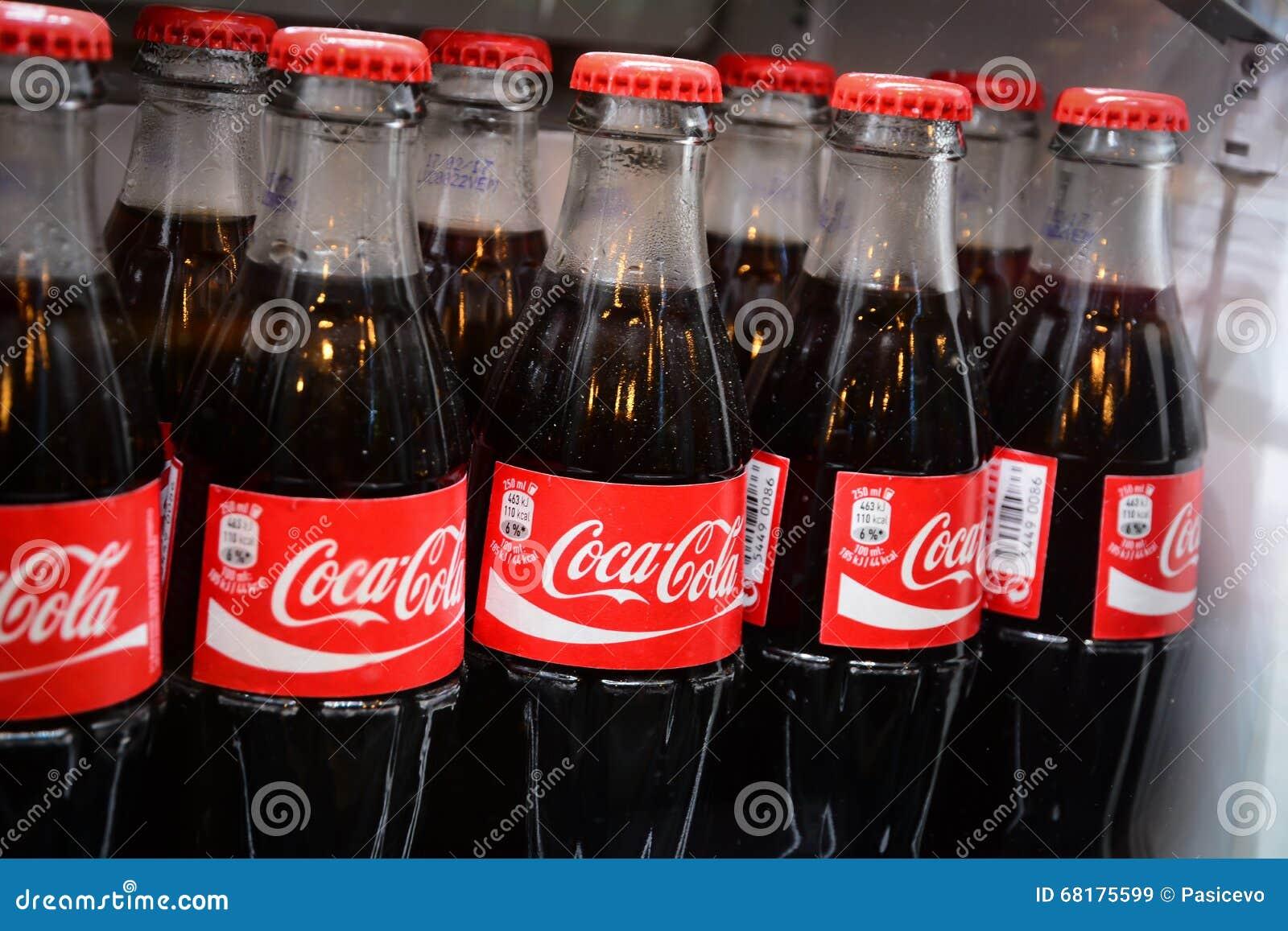 Kühlschrank Coco Cola : Flaschen des berühmten getränks der coca cola im kühlschrank