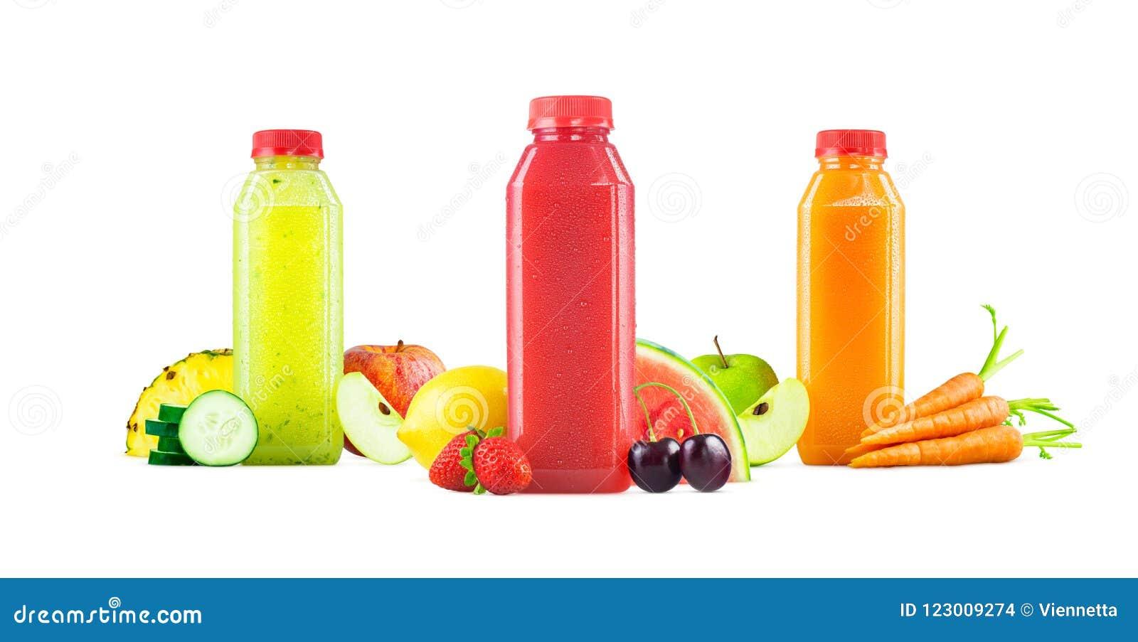 Flaschen frisch zusammengedrückter Obst- und gemüsesaft auf Weiß