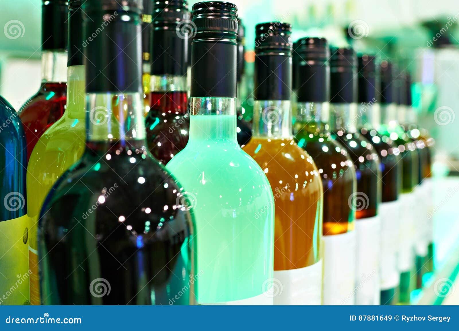 Flaschen mit Alkoholen in der Caféstange