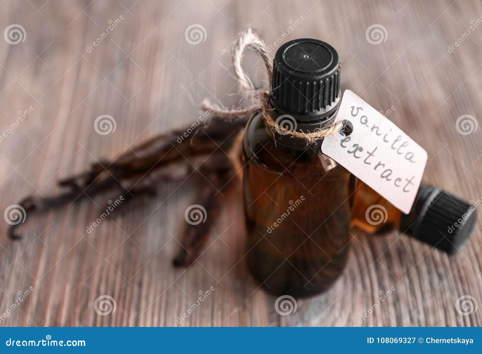Flaschen mit Vanille-Extrakt und Stöcken