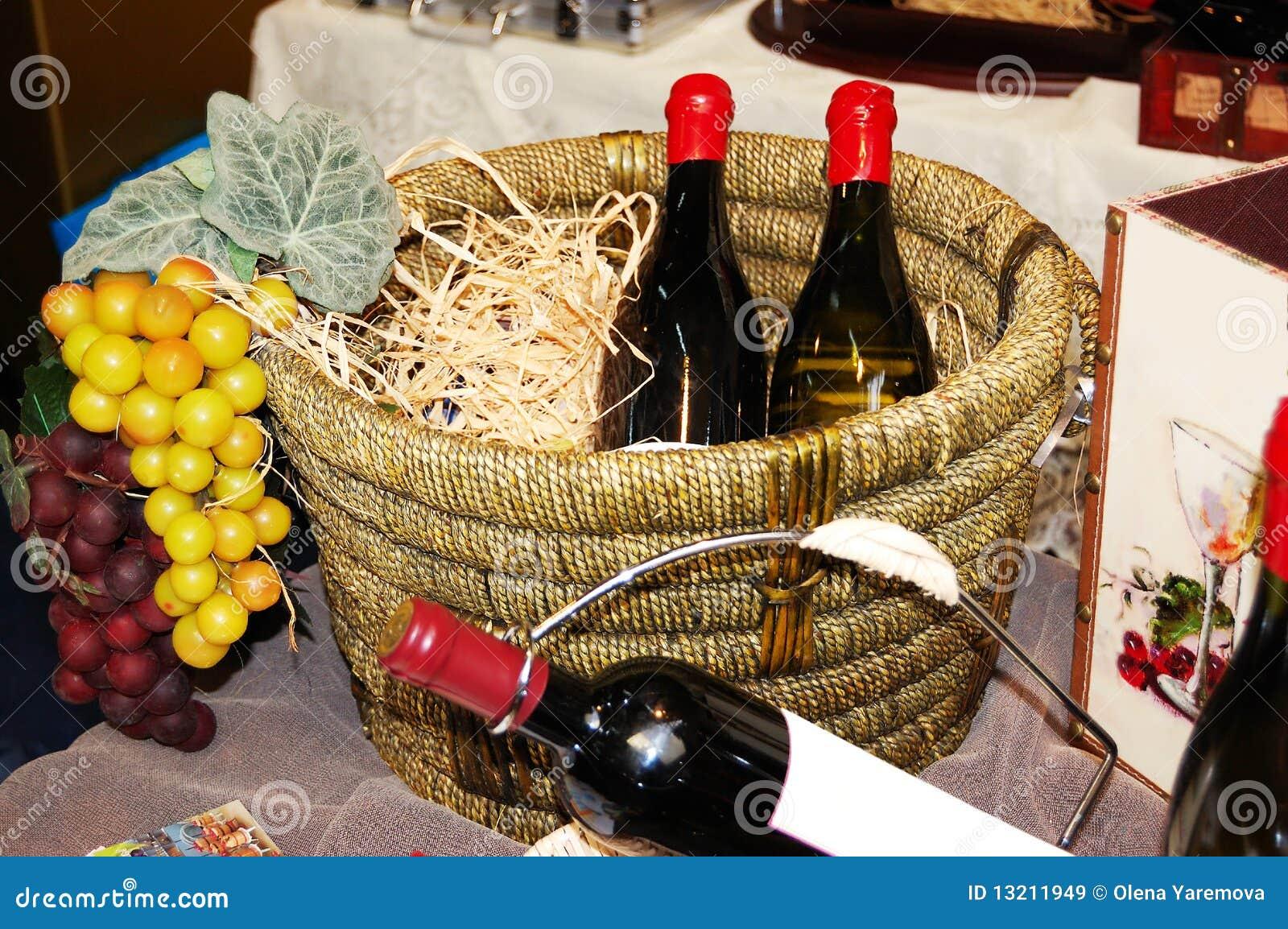 Flaschen mit Wein in einem Korb