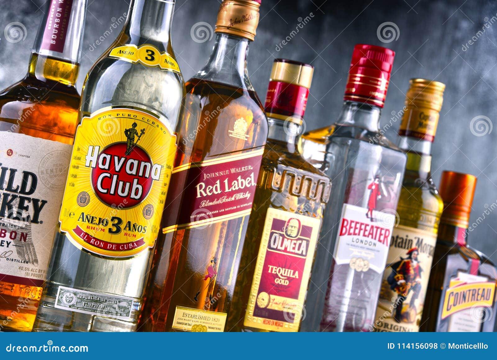 Flaschen sortierte globale Schnapsmarken