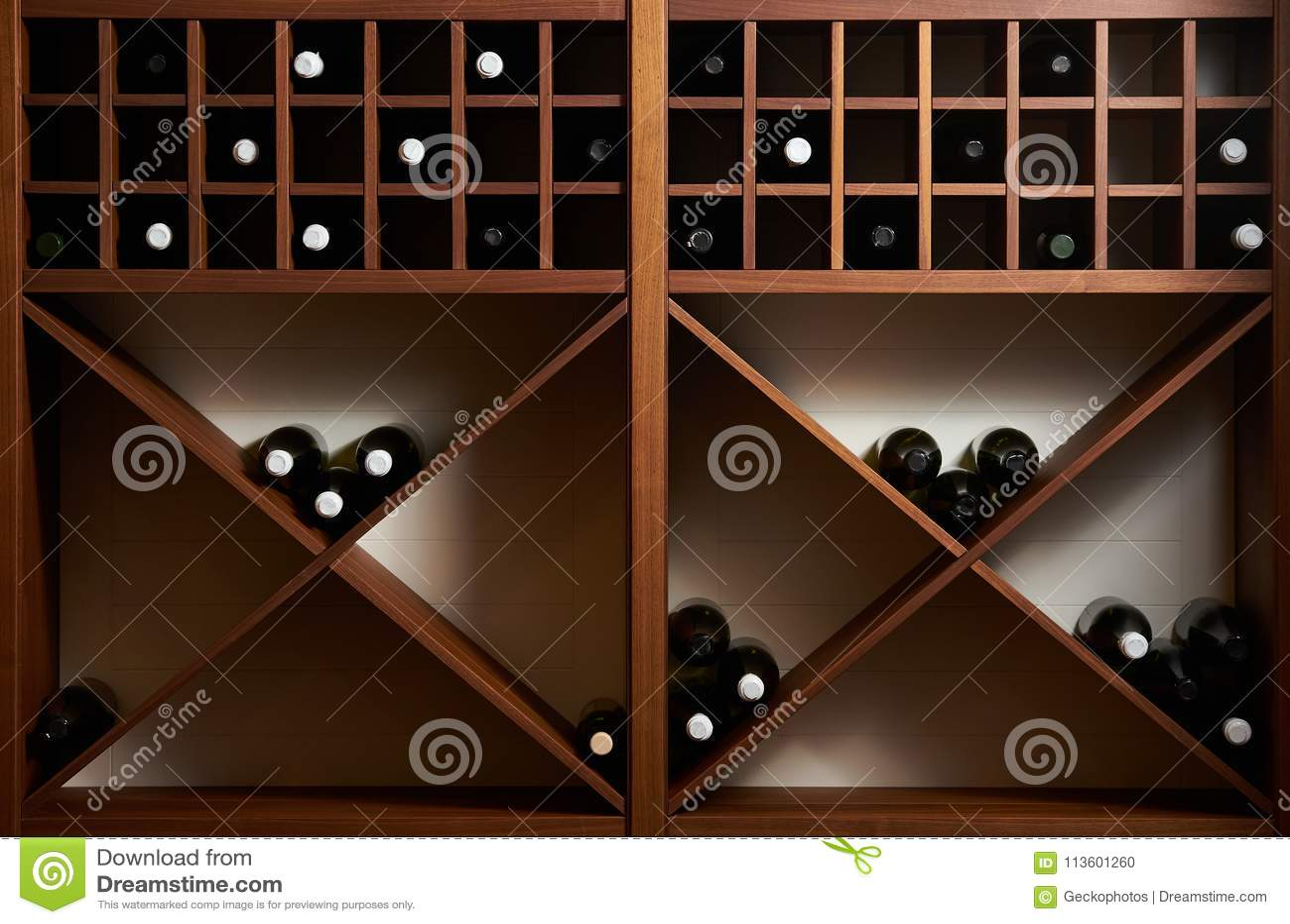 Flaschen Weißer Und Rotwein Auf Einem Hölzernen Regal Mit Büchern In