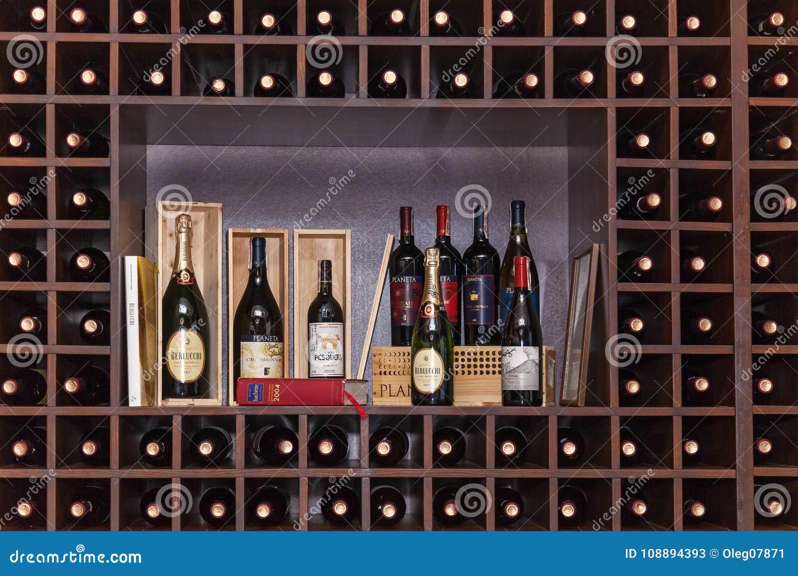 Flaschen Wein auf den Regalen