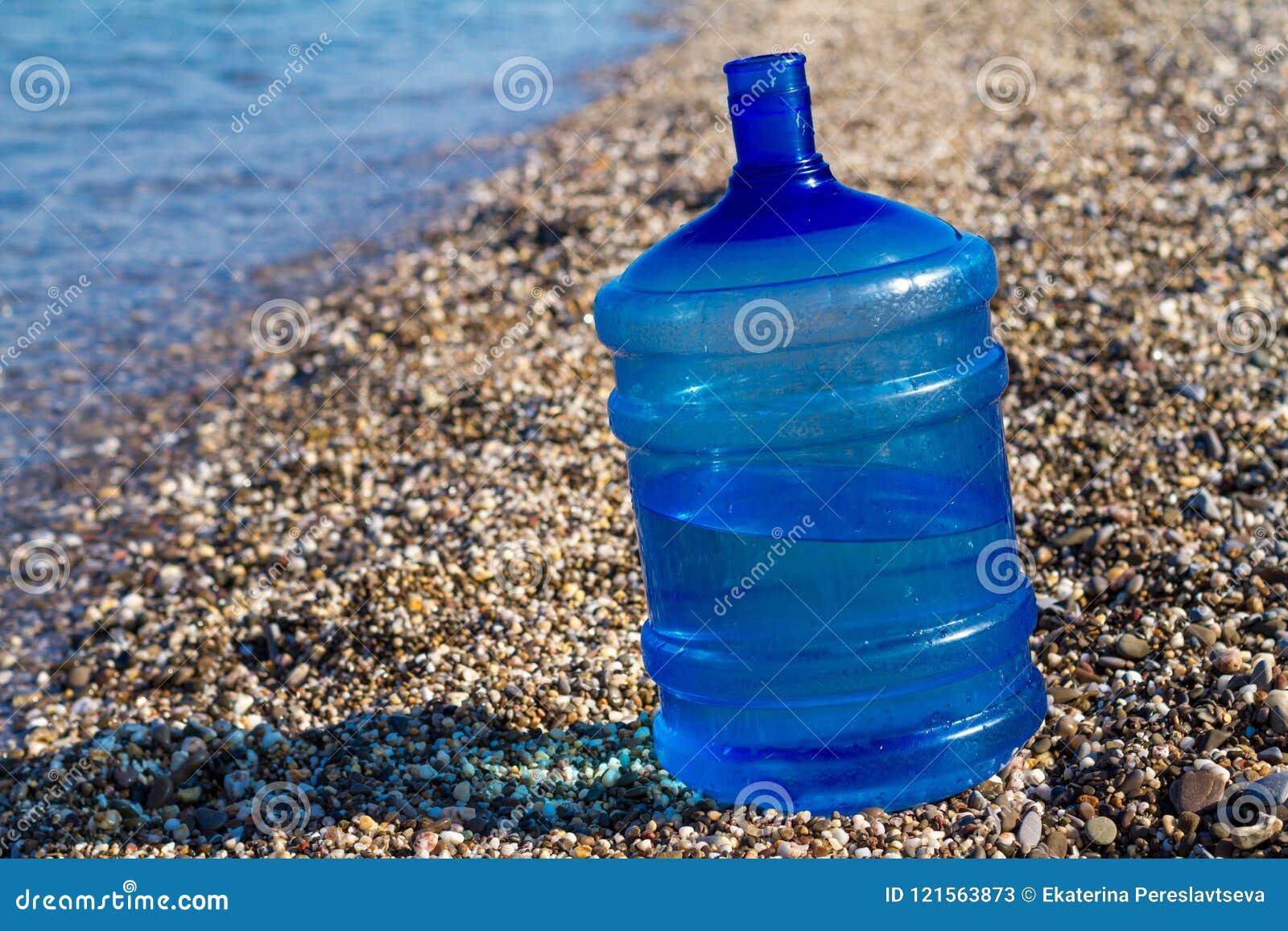 Flaschenständer eines große Wassers auf dem Strand,