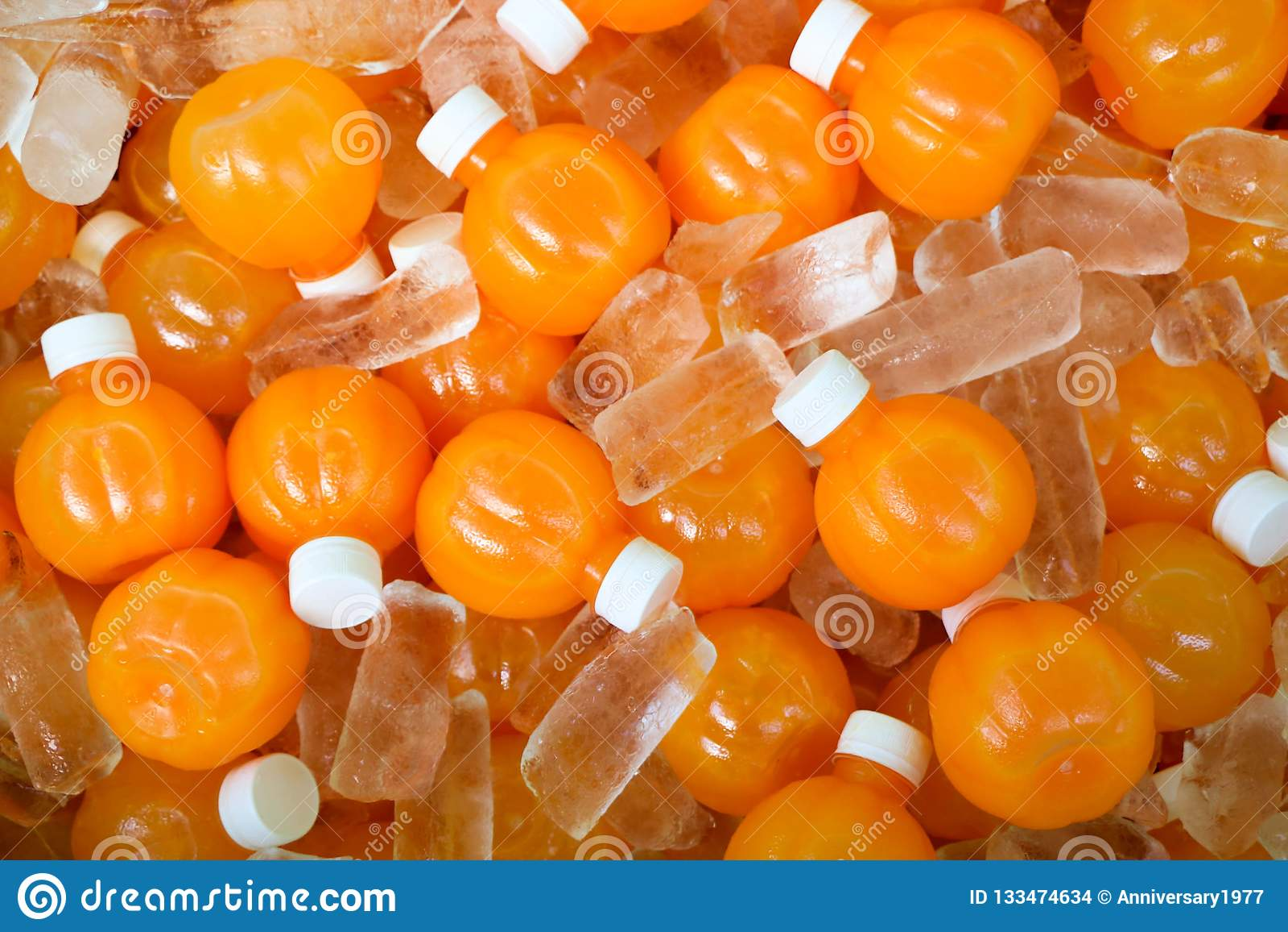 Flaska av orange fruktsaft