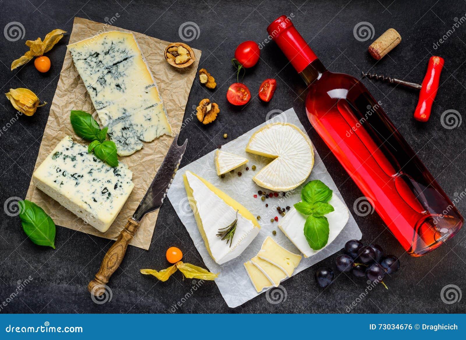 Flaska av Rose Wine med ost