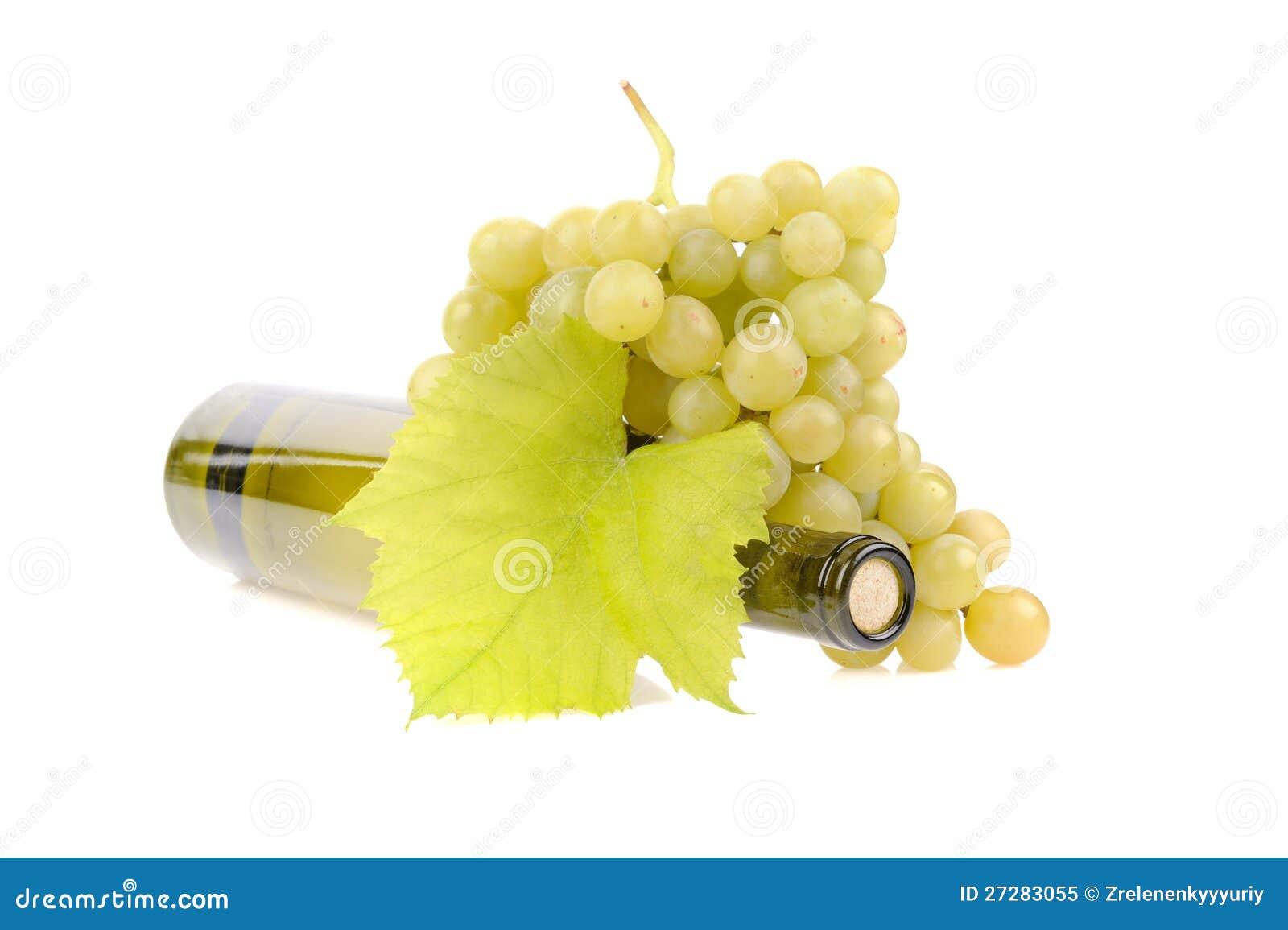 Flaska av vin med gröna druvor