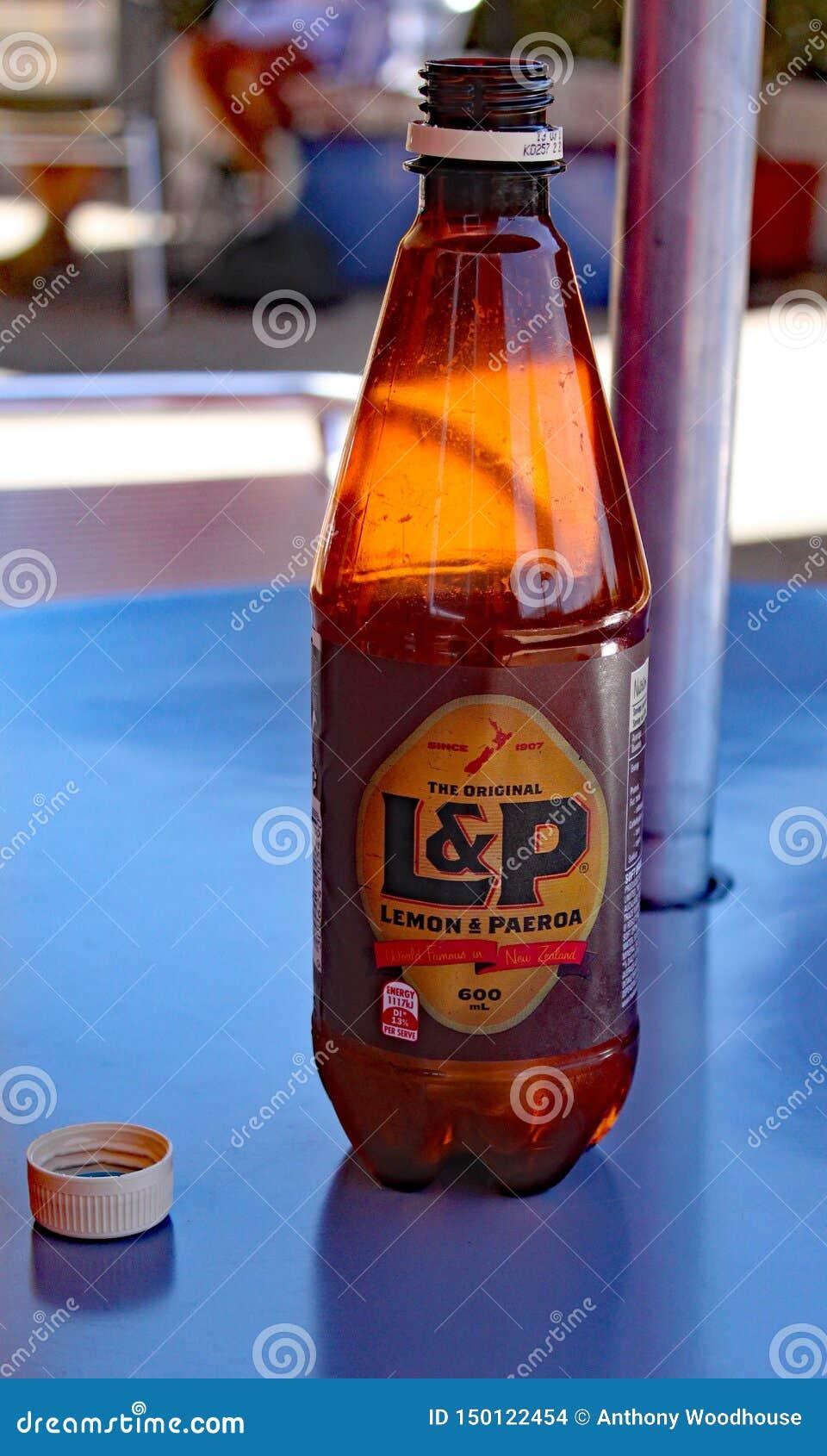 Flaska för regional citron- & Paeroa sodavatten på en kafétabell på Paeroa, Waikato region, Nya Zeeland