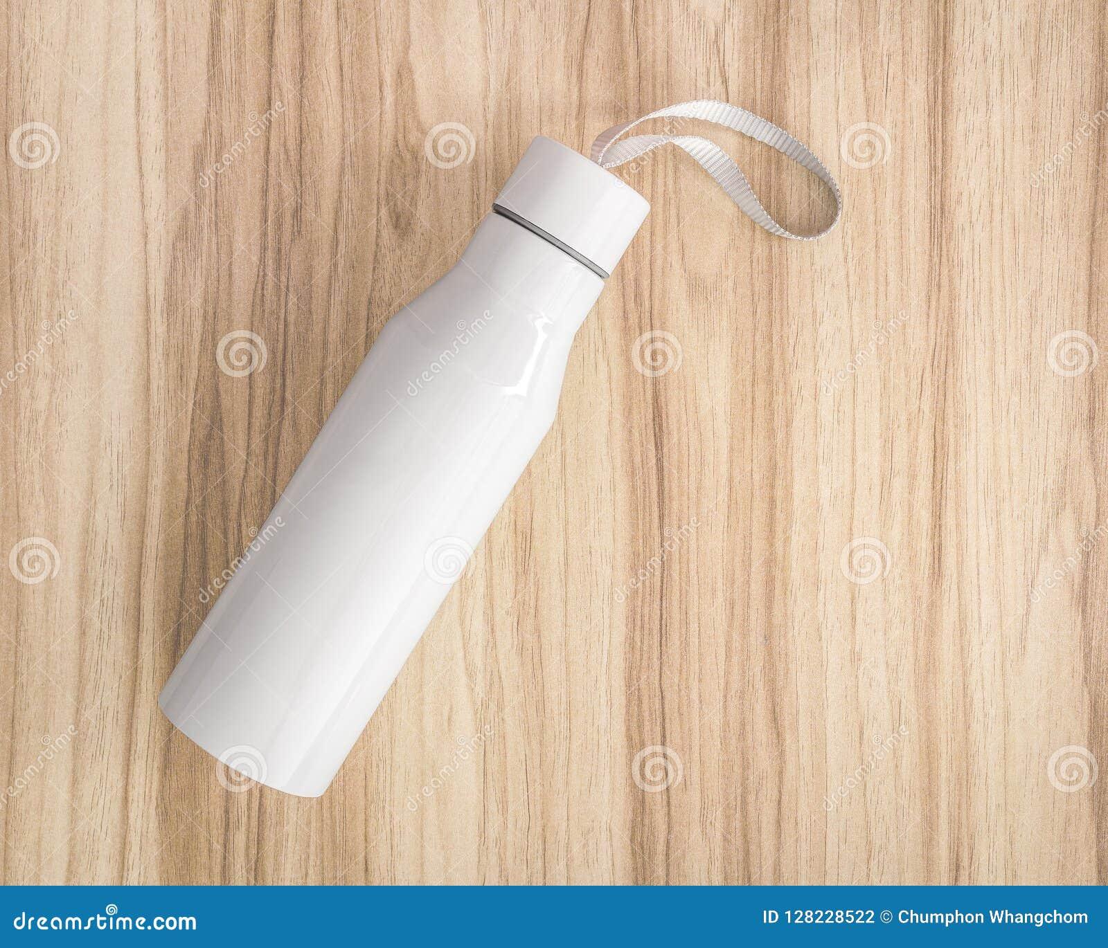 Flaska för vitt vatten på wood bakgrund Isolerad behållare för uppehälle din drink