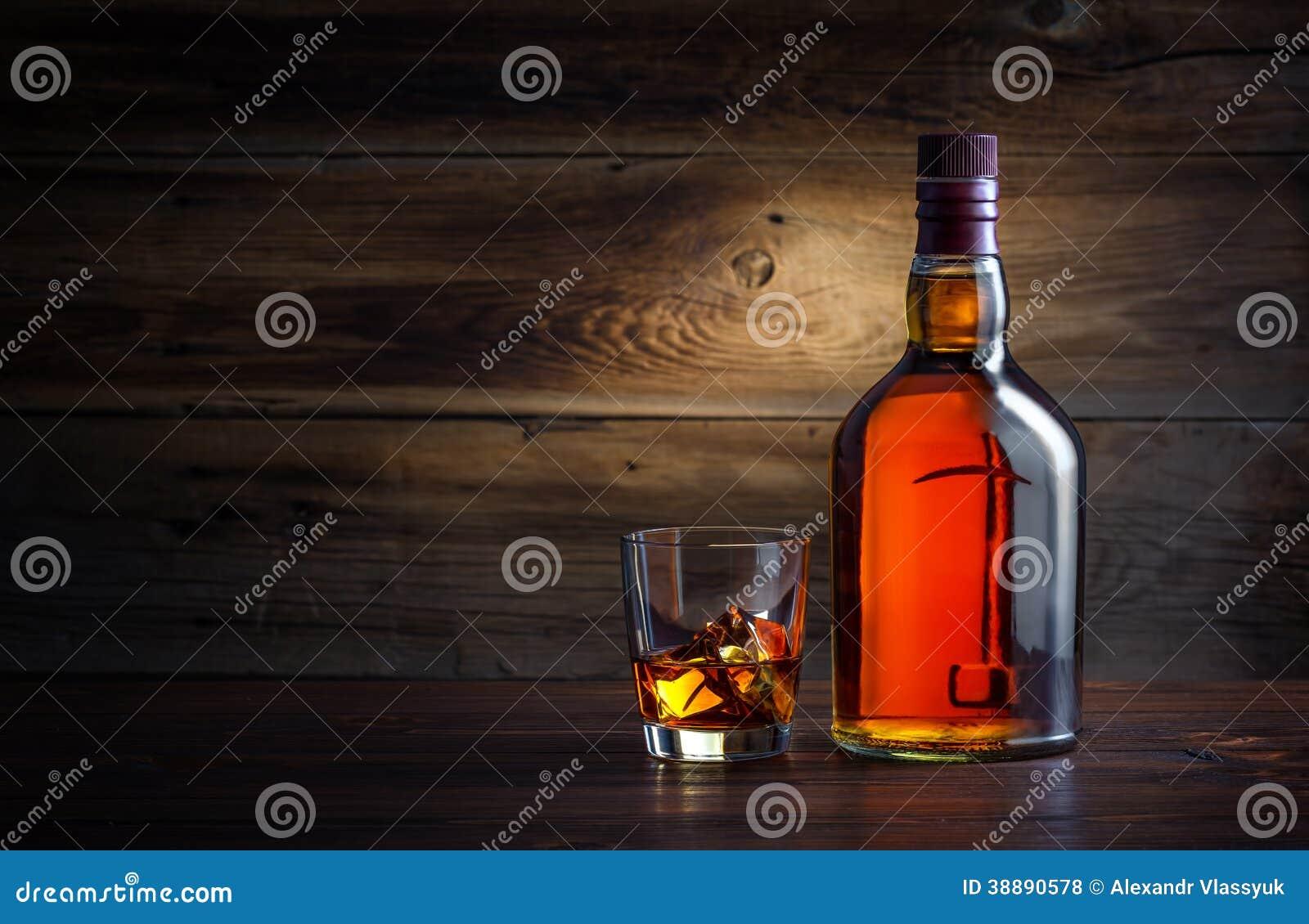 Flaska och exponeringsglas av whisky