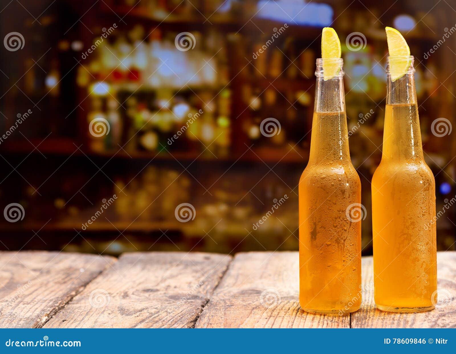 Flaskor av öl med limefrukt