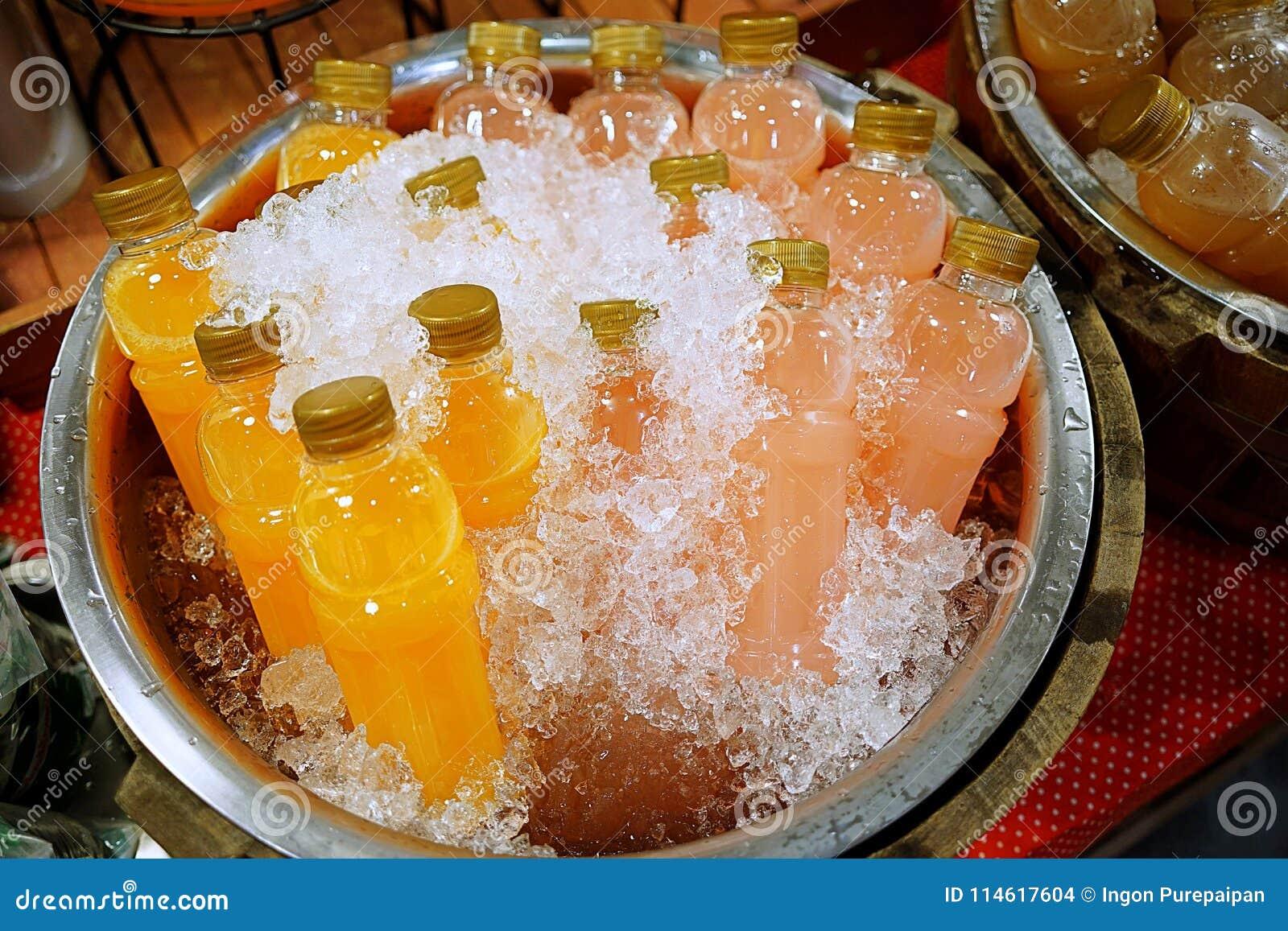 Flaskor av fruktsaft för ny frukt uppfriskningdrinkar orange fruktsaft och litchiplommonfruktsaft innehölls i plast- flaska och k