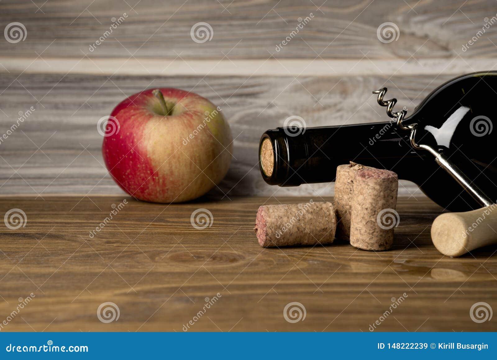 Flaskor av ?pple- och p?ron?ppeljuice med frukter Mat och drinkbegrepp Sikt fr?n ?ver, b?sta studioskott Lekmanna- l?genhet, ?ver