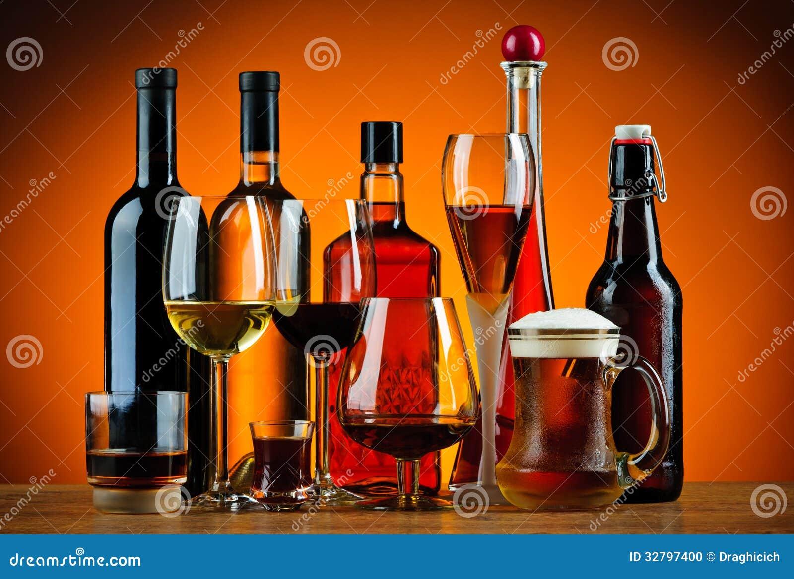 Flaskor och exponeringsglas av alkoholdrinkar