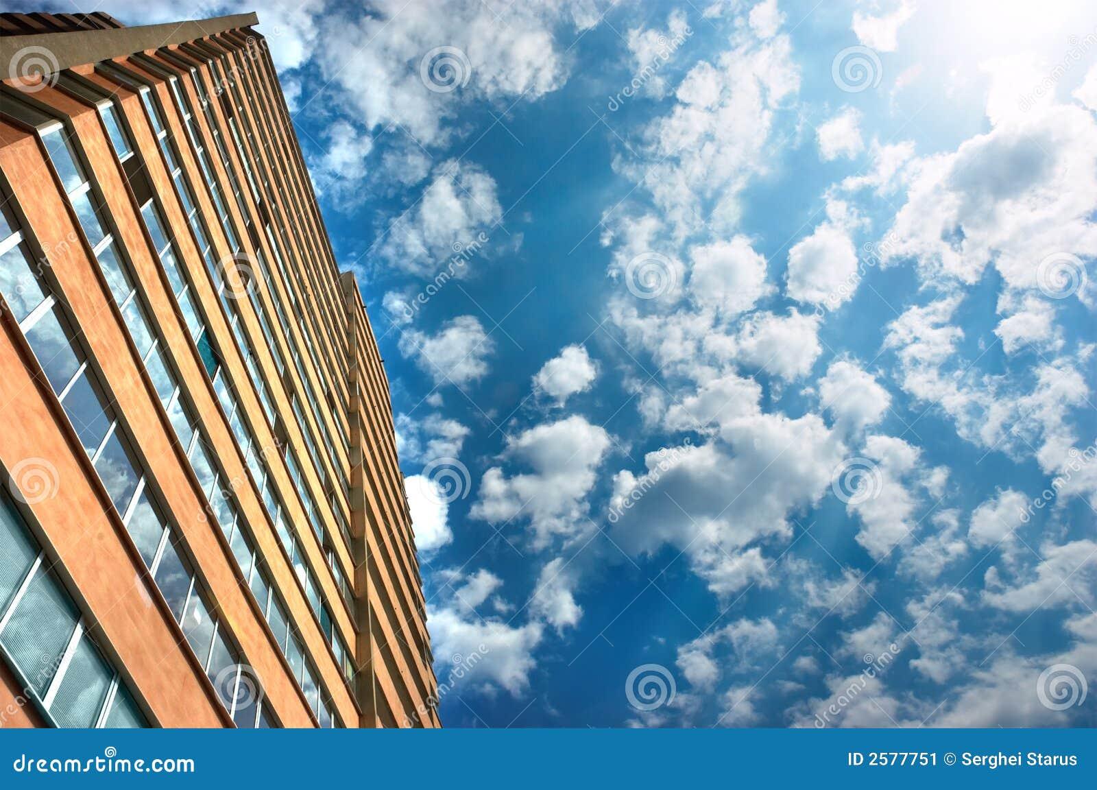 Flatgebouw en bewolkt