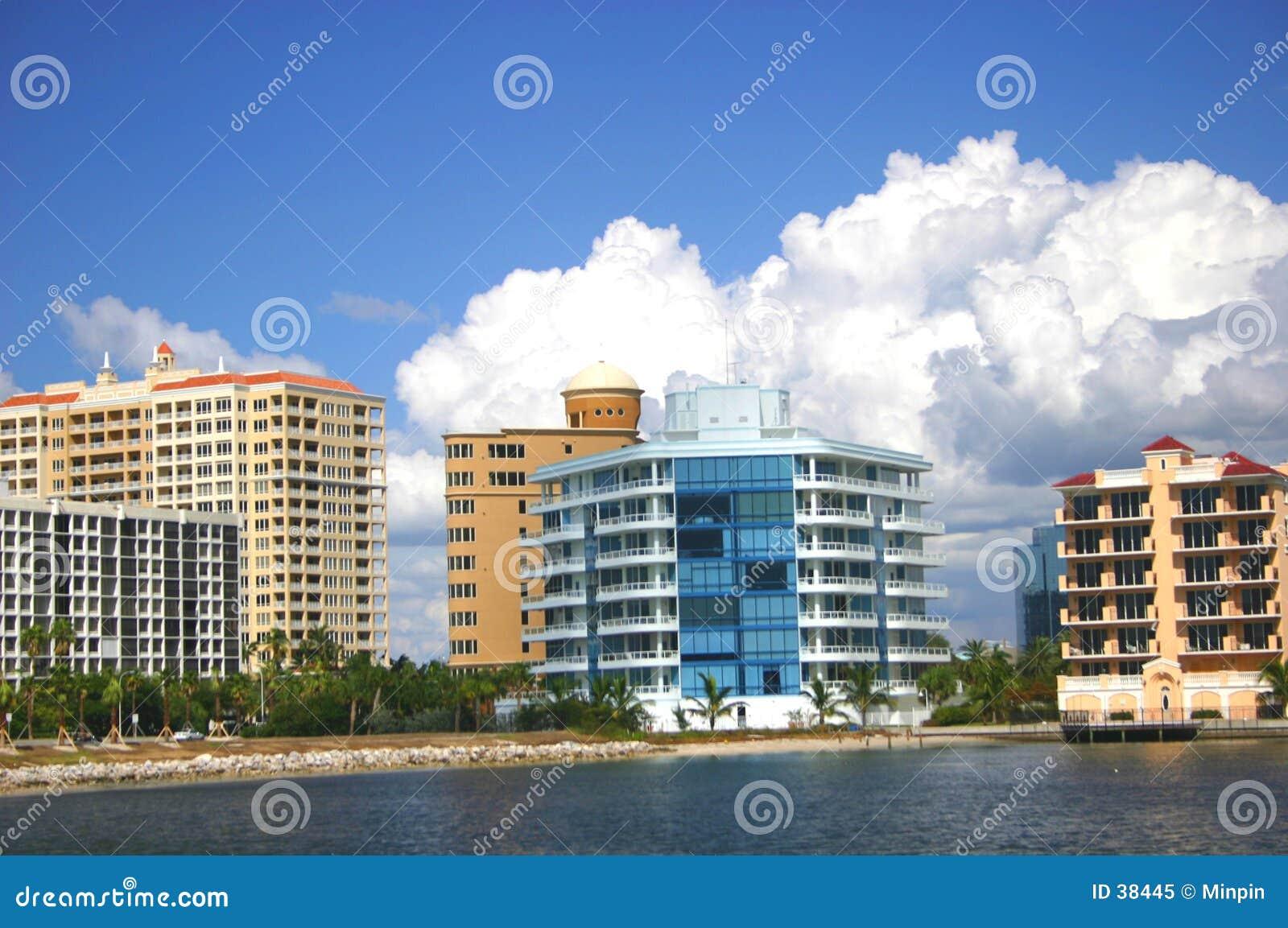 Flatgebouwen met koopflats door de Baai