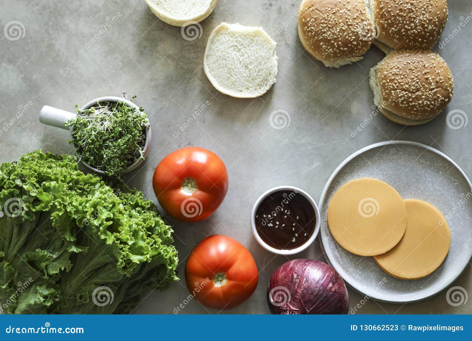 Flatlay των vegan cheeseburger συστατικών συνταγής