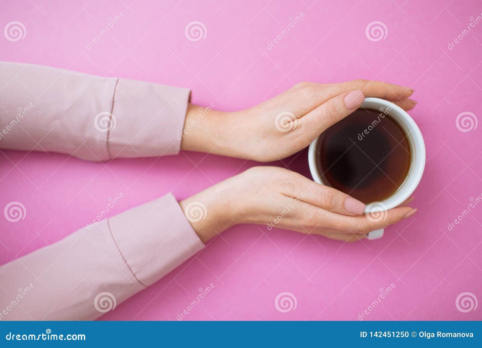 Flatlay com mãos da caneca e da mulher de café